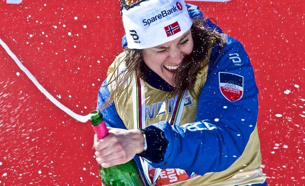 Heidi Weng suihkutti shampanjaa maailmancupin voiton kunniaksi.