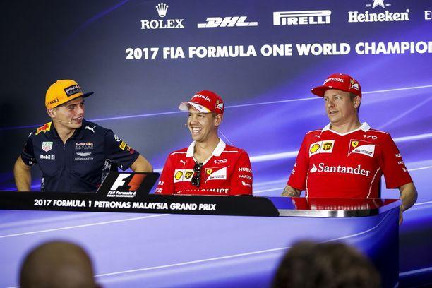 Max Verstappenilta kysyttiin Kanadassa, haluaisiko hän vetää tulevaisuudessa ylleen Ferrarin punaisen edustusasun. Sebastian Vettel ei osannut auttaa Verstappenia, kun tämä pohti toisen Ferrari-kuskin, Kimi Räikkösen ikää. Arkistokuva kolmikosta vuoden 2017 Malesian GP:stä.