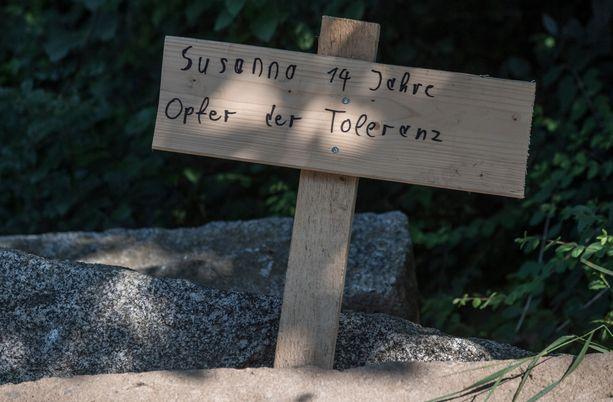 Murha lietsoo pakolaisvastaisia mielialoja, kuten hautaristi antaa jo ymmärtää.