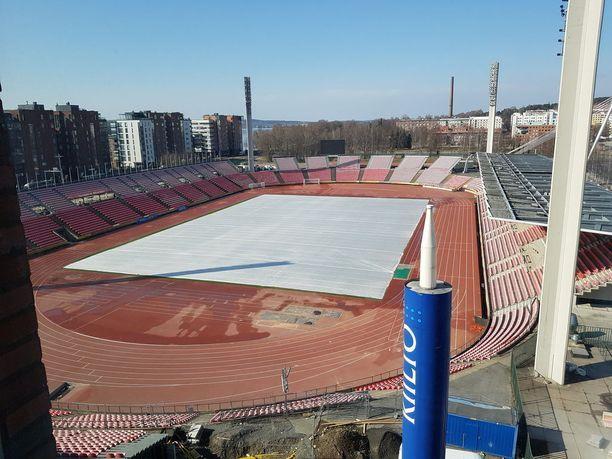 Kauppakeskuksesta on myös suora näkymä Ratinan stadionille.