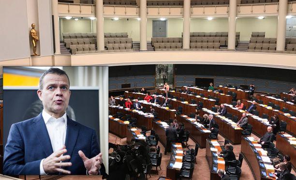 Valtiovarainministeri Petteri Orpo lupasi eduskunnassa maanantaina, että hallitus hakee ratkaisua rintamalisäasiaan.