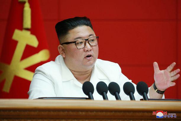 Pohjois-Korean johtaja Kim Jong-un puhuu keskuskomitean kokouksessa keskiviikkona.
