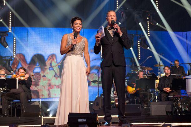 Susanne ja Mikko toimivat Tangomarkkinoiden juontajakaksikkona.