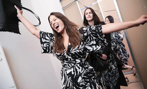 Graham New Yorkin muotiviikolla syyskuussa. Takana mallikollega Sarah Brannon.