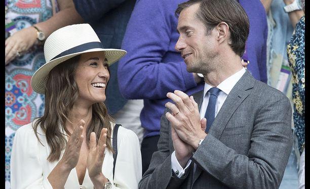 Pippa ja James ovat pienokaisestaan innoissaan.