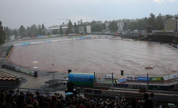 Rankka ukkoskuuro keskeytti kuuman naisten Itä-Länsi-ottelun Seinäjoella.