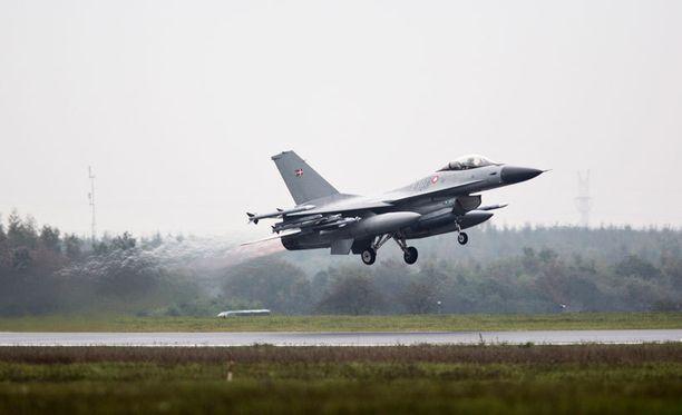 Nato lähetti tällaisia F-16-hävittäjiä venäläisen supertiedustelukoneen perään.