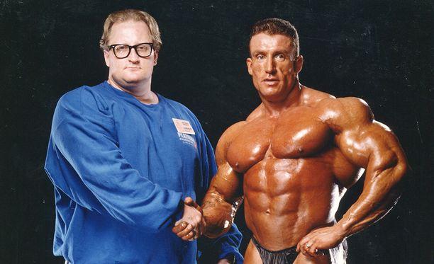 KP Ourama ja Dorian Yates backstagen studiossa yhden britin voitän jälkeen. Yates on kuusinkertainen Mr Olympia vuosilta 1992-1997.