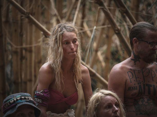 Wilma alkaa epäillä, että hänet halutaan heimojen yhdistymisen jälkeen pihalle.