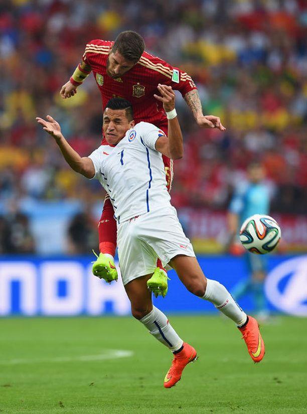Alexis Sanchez (edessä) kamppaili pallosta Sergio Ramosin kanssa.