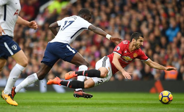 Henrikh Mkhitaryan (oik.) kaatuu pallon perään Tottenhamin Mousaa Sissokon suosiollisella avustuksella.