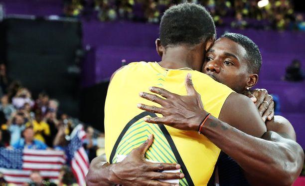 Usain Bolt kuiskasi Justin Gatlinille satasen finaalin jälkeen.