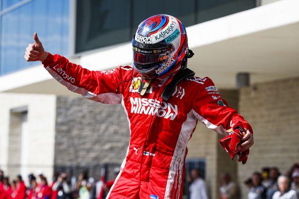 Kimi Räikkönen nosti peukun pystyyn voittonsa merkiksi.