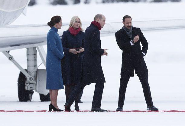 Kruununprinsessa Mette-Marit ja kruununprinssi Haakon ottivat herttuaparin kentällä vastaan.