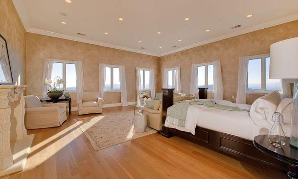 Hulppeassa makuuhuoneessa riittää ikkunoita ja päivänvaloa.