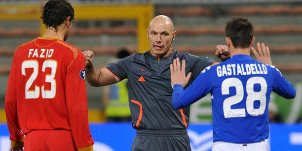 Sevillan ja Sampdorian kamppailu oli kuuma. Erotuomari Howard Melton läksyttää Sevillan Federico Faziota (vas.) ja Sampdorian Daniele Gastaldelloa