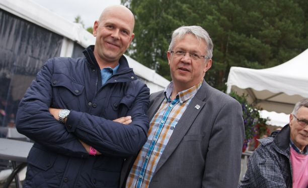 Keskustalainen perhe- ja peruspalveluministeri Juha Rehula (oik.) ja ystävä Hannu Laakkonen laskivat leikkiä hevosista raveissa.