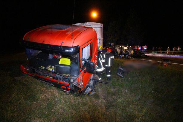 Suomalaisten auto törmäsi turmassa kahteen rekkaan.