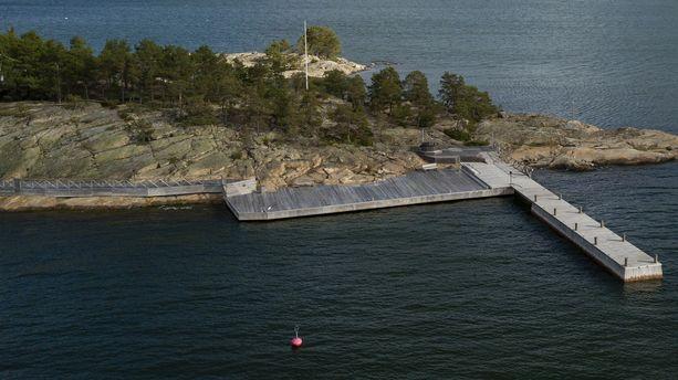 Säkkiluodon saaressa on useita laiturirakennelmia.