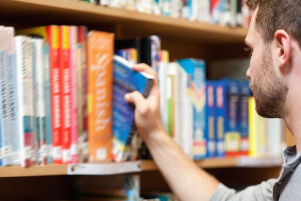 Opetus- ja kulttuuriministeriön seurantaryhmässä tarkkaillaan, miten lukukausimaksut alkavat vaikuttaa opiskelijamääriin.