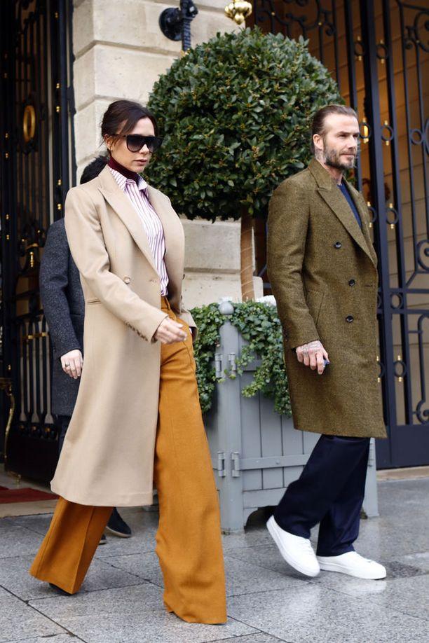 Viime viikolla Pariisissa. Beigen, sinapinkeltaisen ja viininpunaisen yhdistelmä toimi jo silloin. Leveälahkeiset, korkeavyötäröiset housut ja kamelinvärinen klassikkotakki ovat yhdistelmänä täydellinen.