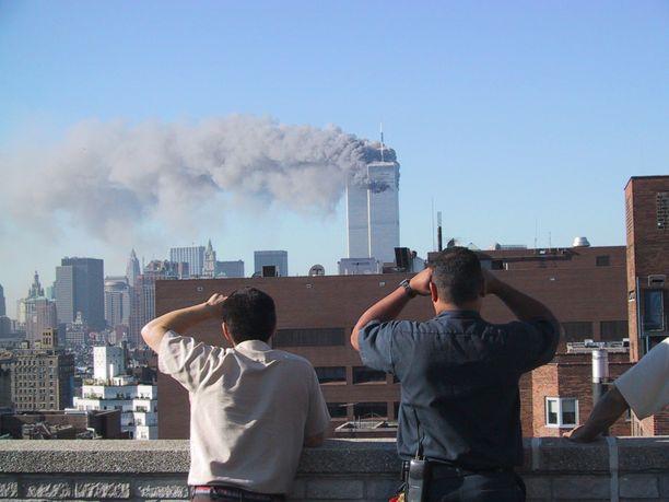 Ensimmäinen lentokone osui World Trade Centerin pohjoistorniin eli WTC2-torniin 11.9.2001 kello 8.46 paikallista aikaa. Kyydissä oli 76 matkustajaa, 11 miehistön jäsentä ja viisi kaappaajaa. Moni luuli tapahtunutta aluksi onnettomuudeksi.
