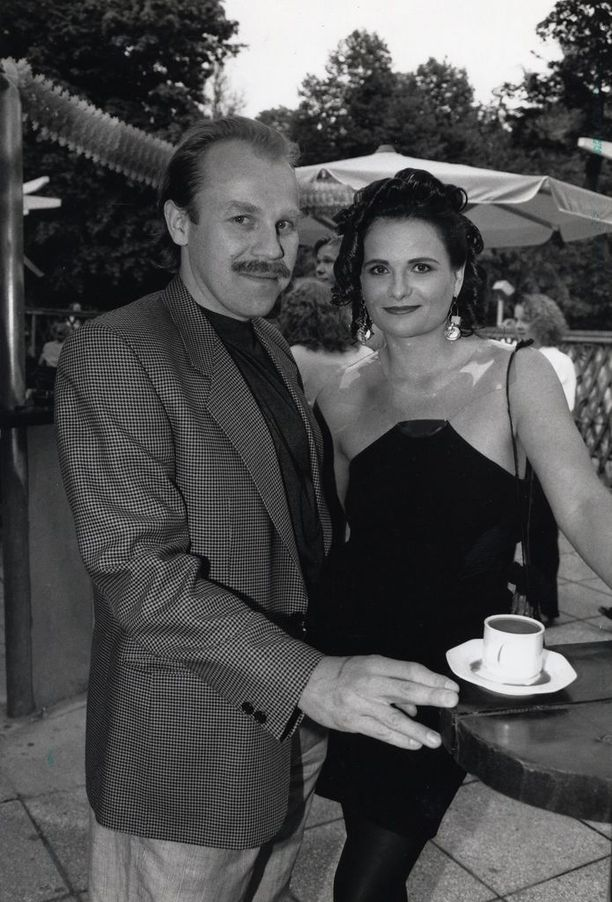 Parviainen ja Laila Snellman kohtasivat kuumana kesäpäivänä Helsingissä. Kohtaaminen johti seurusteluun. He olivat kuvattu kaksikko julkkiskekkereillä.