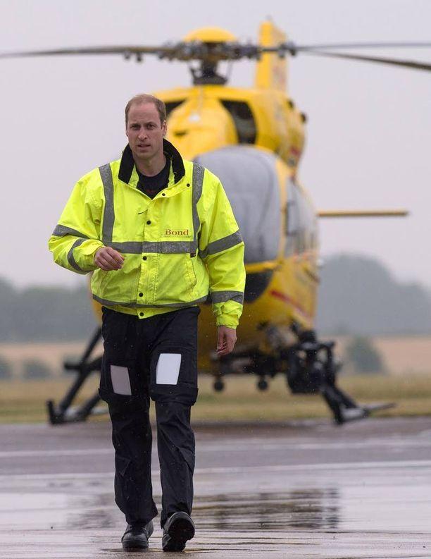Prinssi William työskentelee pelastushelikopterin pilottina.