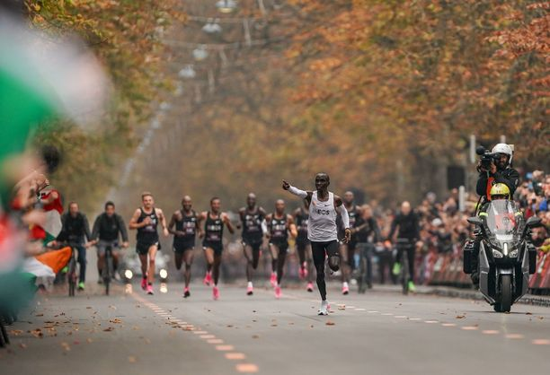 Eliud Kipchoge paineli syksyllä Wienissä hirmuista kyytiä Niket jaloissaan.