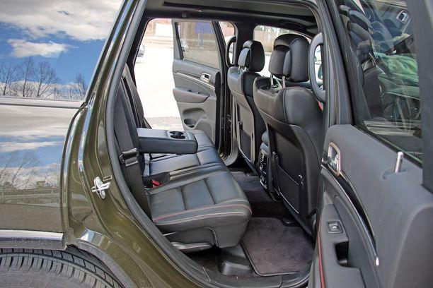 Jeep on ulkomittojaan pienempi sisältä, mutta silti riittävän väljä reiluun matkustamiseen.