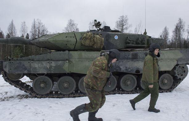 Dosentti, everstiluutnantti Jyri Raitasalo pitää äärimmäisen tärkeänä, että Suomi huolehtii alueellista puolustuksestaan. Kuva panssariprikaatin harjoituksesta Hämeenlinnassa joulukuussa 2016.