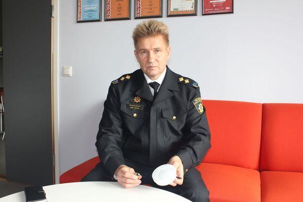 Pelastusjohtaja Harri Setälä muistuttaa kiinnittämään pariston palovaroittimeen kunnolla.