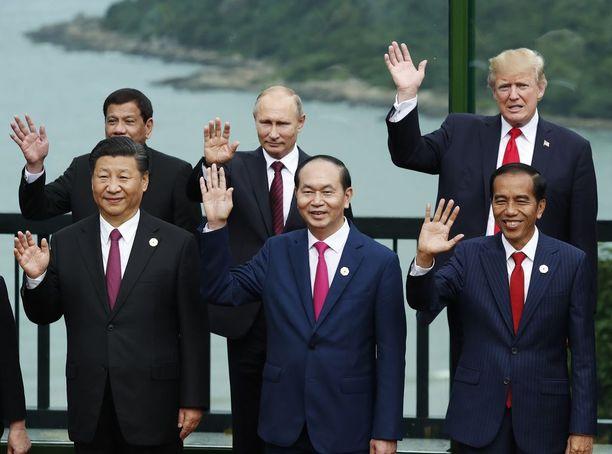 Yhdysvaltain passiivinen ote on lisännyt Kiinan ja Venäjän vaikutusvaltaa maailmanpolitiikassa. Donald Trump (ylh. vas.) tapasi Vietnamissa Aasian ja Tyynenmeren maiden talousjärjestön kokouksessa Venäjän Vladimir Putinin (ylh. keksk.) ja Kiinan presidentti Xi Jinpingin (alh. vas.).