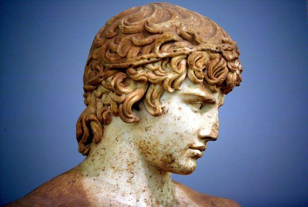 Hurmaava Antinoos, keisari Hadrianuksen rakastettu, julistettiin jumalaksi.