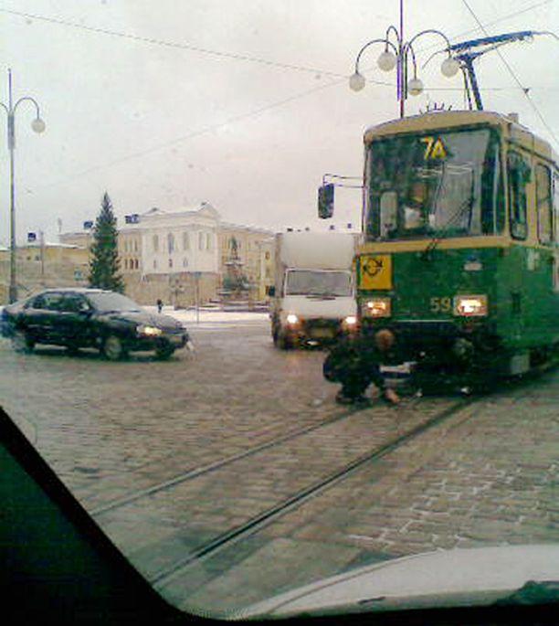 Raitiovaunu ja henkilöauto ottivat toisistaan mittaa Helsingissä. Kukaan ei loukkaantunut kolarissa.