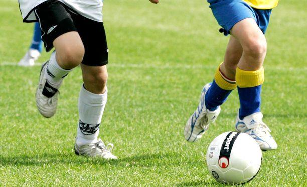 Vanhempien ja taustajoukkojen riitely varjosti junioreiden jalkapallo-ottelua.