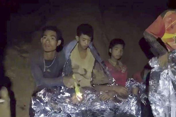 Tältä pojat näyttivät, kun heidät löydettiin Cham Luangin luolasta Thaimaasta. Villisika-jalkapalloseuran pelaajat jäivät loukkuun luolaan yli kaksi viikkoa sitten.