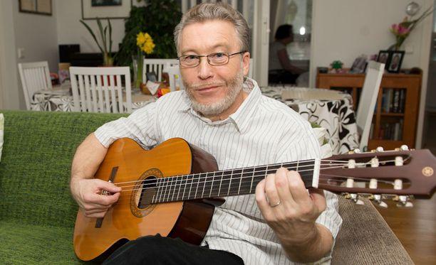 Jouni Rasi alkoi harrastaa kitaransoittoa vasta seitsemän vuotta sitten saatuaan Alzheimer-diagnoosin.