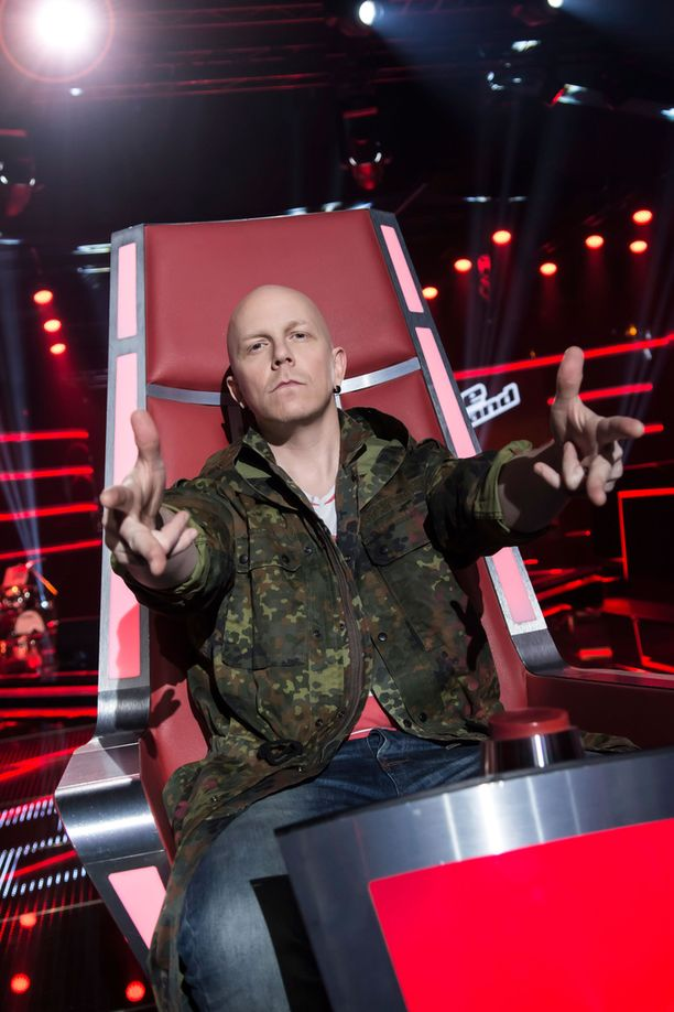 Toni Wirtanen käyttäytyy ensimmäisessä TVOF-jaksossa vähintäänkin rock-henkisesti.