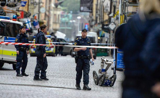 Poliisi toi torstaina paikalle muun muassa pommirobotin.