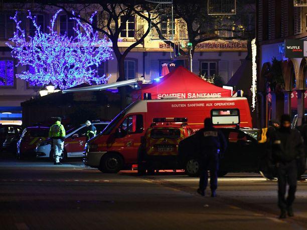 Pelastajat olivat tiistai-iltana auttamassa haavoittuneita Strasbourgin keskustassa.