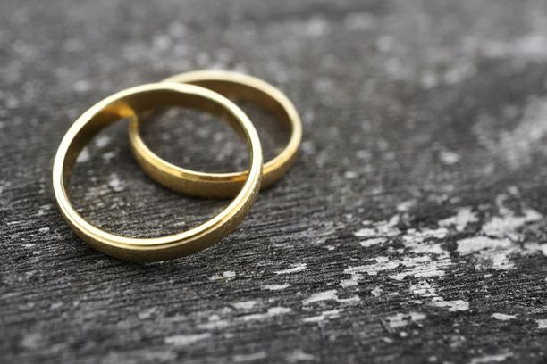 Äiti pakotti tyttärensä avioliittoon Pakistanissa.