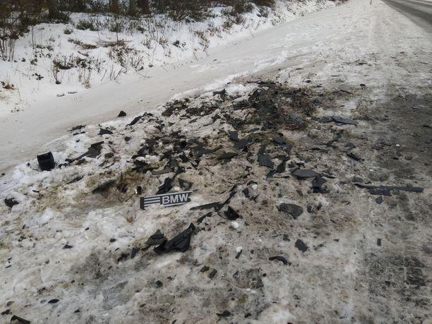 Onnettomuuspaikan jäljet kertoivat rajuista vahingoista.