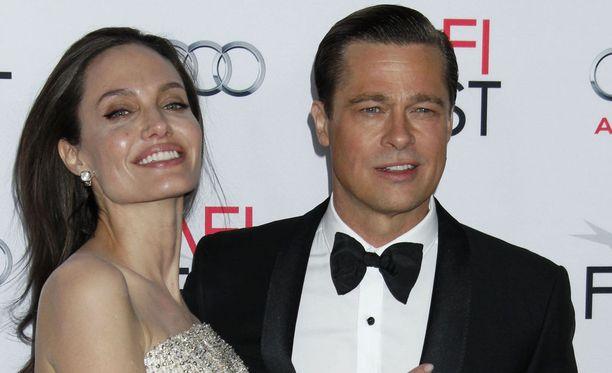 Angelina Jolie ja Brad Pitt käyvät ankaraa oikeustaistelua yhteisistä lapsistaan ja omaisuudestaan. Kuvassa ex-aviopari marraskuussa 2015, kun onni vielä näytti kukoistavan.