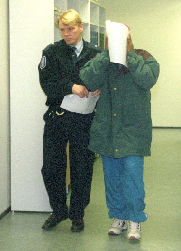 Abdigadir Osman Hussein on istunut Suomessa yli 19 vuotta vankilassa murhasta, raiskauksesta ja lapsen seksuaalisesta hyväksikäytöstä. Hän pääsee vapaaksi syyskuussa 2016. Kuva Tampereen oikeustalolta vuodelta 1995.