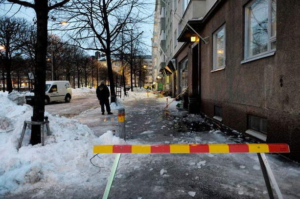 TURMAPAIKKA Iäkäs mies jäi katolta pudonneen lumen ja jään alle Hakaniemessä Helsingissä.