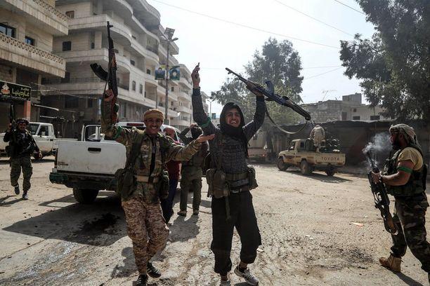 Turkin tukemat Free Syrian Armyn joukot juhlivat Afrinissa.