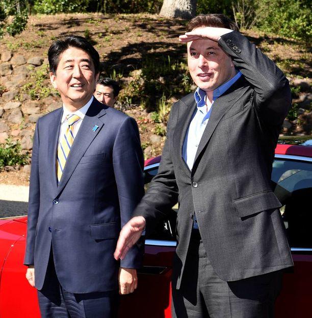 Miljardööri Elon Musk pyrkii hankkimaan Teslalle lisää rahaa. Suhteita hänellä ainakin on; vieraana Teslan Palo Alton tehtaalla (vasemmalla) on Japanin pääministeri Shinzo Abe.