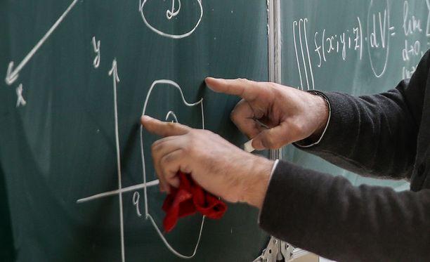 Helsinkiläiskoulun opettajalla epäillään olleen kymmenen uhria. Kuvituskuva.