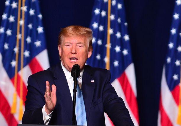 Donald Trump uhkailee sotatoimilla Twitterissä.